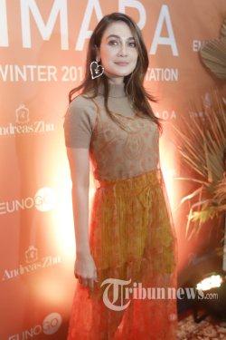 Aktris Luna Maya berpose untuk difoto saat dijumpai di Jakarta, Senin (18/11/2019). Luna Maya mengungkapkan ingin menikah dengan nuansa Jepang. Namun ia mengungkapkan ingin mencari kekasih terlebih dahulu sebelum jauh membahas rencana pernikahan. TRIBUNNEWS/HERUDIN