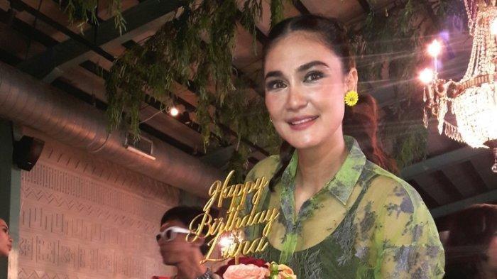 Bintang film cantik Luna Maya merayakan ulang-tahunnya ke-36 bersama sahabatnya di Restoran Kaum Jakarta, kawasan Menteng, Jakarta Pusat, Senin (26/8/2019) siang.