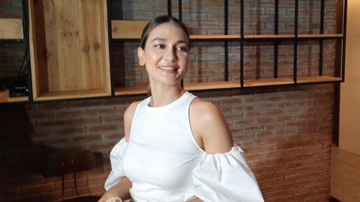 Luna Maya saat ditemui di kawasan Kuningan, Jakarta Selatan, Senin (24/8/2020) - Aktris Luna Maya, ceritakan kronologi saat terjatuh dari sepeda dengan luka cukup parah namun masih meminta lanjutkan perjalanan.