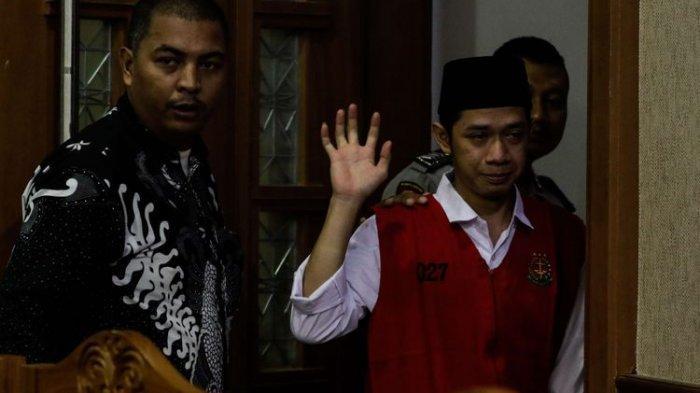 Lutfi Alfiandi (20), pemuda yang fotonya viral sedang menggenggam bendera Merah Putih saat kerusuhan di kawasan DPR, Jakarta, September 2019, tak kuasa menahan tangis usai sidang di Pengadilan Negeri Jakarta Pusat, Rabu (8/01/2020) siang.