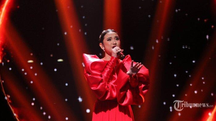 Lyodra Ginting menampilkan performanya dalam acara Grand Final Indonesian Idol 2020 di Jakarta Senin (2/3/2020). Ajang pencarian bakat menyanyi tersebut akhirnya menelurkan Lyodra Ginting asal Medan sebagai pemenang pertamanya. TRIBUNNEWS/JEPRIMA