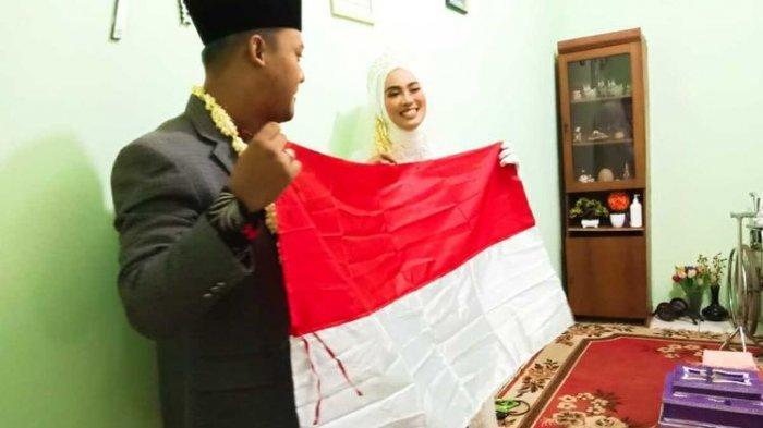 Pasangan mempelai M Arif Al Fajar (29) dan Tsaniyah Faidah (25) membentangkan maskawin bendera merah putih di hadapan tamu undangan di rumah mempelai wanita di Jalan Sasak, Cilodong, Depok, Sabtu (8/8/2020).