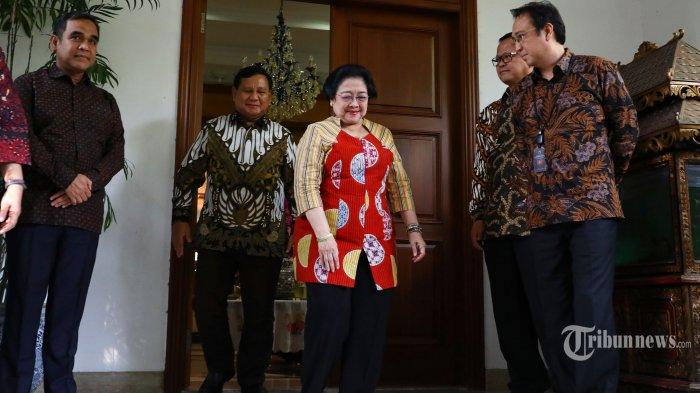 Ketua Umum PDI Perjuangan Megawati Soekarnoputri (kedua kanan) bersama Ketua Umum Partai Gerindra Prabowo Subianto (kedua kiri) bersiap memberikan keterangan kepada wartawan usai mengadakan pertemuan tertutup di kediaman Megawati Soekarnoputri, Jalan Teuku Umar, Jakarta, Rabu (24/7/2019). Pertemuan tersebut sebagai silaturahmi serta membahas berbagai persoalan bangsa. TRIBUNNEWS/IRWAN RISMAWAN