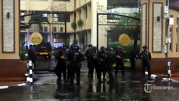 Pasukan Brimob Polri melakukan penjagaan dan penyisiran usai penyerangan teroris di Mabes Polri, Jakarta Selatan, Rabu (31/3/2021). Tribunnews/Herudin