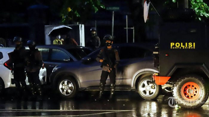 Pasukan Brimob Polri melakukan penyisiran dan penjagaan ketat usai penyerangan teroris di Mabes Polri, Jakarta Selatan, Rabu (31/3/2021). Tribunnews/Herudin