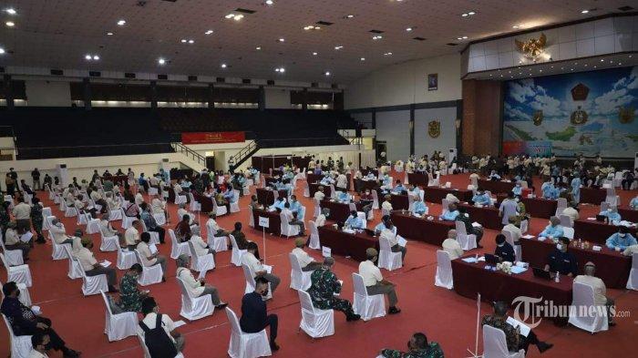 Pelaksanaan vaksinasi Covid-19 AstraZeneca di Mabes TNI yang dilaksanakan oleh Pusat Kesehatan (Puskes) TNI dan diberikan kepada PNS Unit Organisasi Mabes TNI dengan target 2.850 vaksin, bertempat di GOR Ahmad Yani, Mabes TNI, Cilangkap, Jakarta Timur, Jumat (26/3/2021).