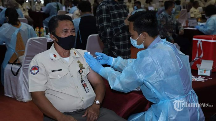 Pelaksanaan vaksinasi Covid-19 AstraZeneca di Mabes TNI yang dilaksanakan oleh Pusat Kesehatan (Puskes) TNI dan diberikan kepada PNS Unit Organisasi Mabes TNI dengan target 2.850 vaksin, bertempat di GOR Ahmad Yani, Mabes TNI, Cilangkap, Jakarta Timur, Jumat (26/3/2021). Tentara Nasional Indonesia (TNI) menyiapkan 130.000 vaksin Covid-19 AstraZeneca yang diberikan oleh Pemerintah melalui Menteri Kesehatan, yang akan didistribusikan kepada seluruh Prajurit dan PNS TNI di 10 Provinsi Indonesia. Tribunnews/HO/Puspen TNI
