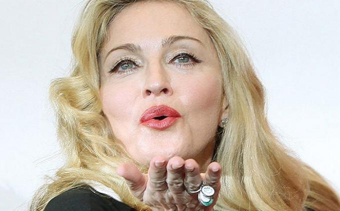 Madonna, Queen of Pop - Queen of Pop Madonna Kabarkan Terpapar Virus Corona saat Tur di Paris