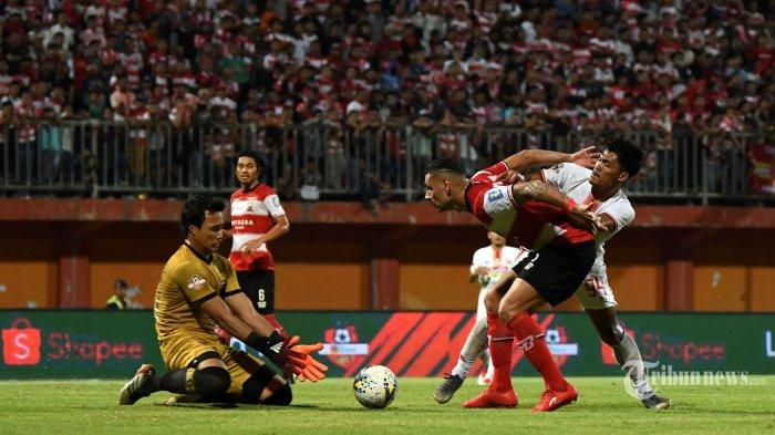 Pemain Madura United bertarung melawan Persija Jakarta dalam lanjutan pertandingan Liga 1, di Stadion Ratu Pamelingan, Pamekasan, Madura, Jumat (16/8/2019). Persija berhasil menahan imbang Madura United 2-2 di kandangnya. SURYA/SUGIHARTO
