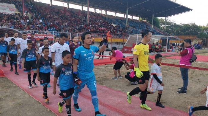 Pemain Madura United dan PSM Makssar memasuki lapangan