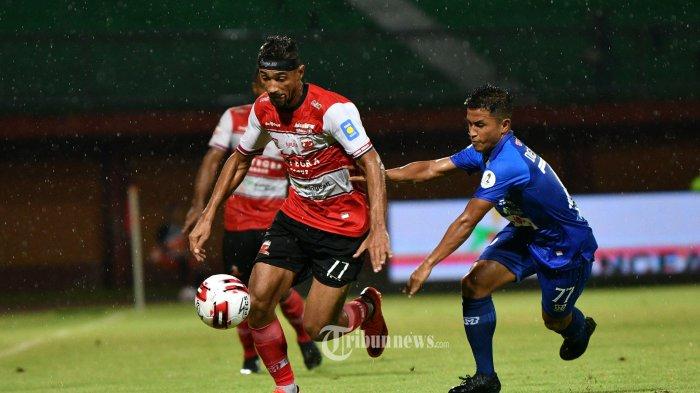 Pesepak bola Madura United berusaha melewati pesepak bola Persiraja Banda Aceh di Stadion Ratu Pamelingan Pamekasan, Senin (9/3/2020). Dalam pertandingan ini berakhir 0-0. SURYA/Sugix Harto