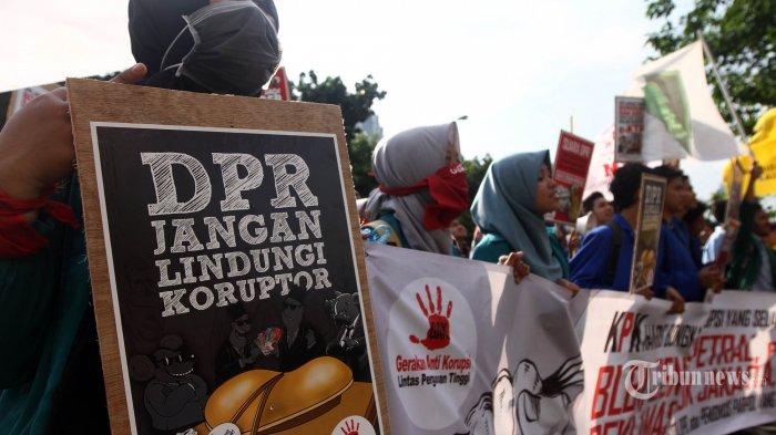 Mahasiswa gabungan dari berbagai perguruan tinggi melakukan demonstrasi di depan kantor KPK, Jakarta, Kamis (9/3/2017). Pada aksinya, demonstran mendukung KPK mengusut tuntas kasus korupsi proyek KTP elekronik dan menolak rencana revisi UU KPK yang dilakukan DPR. TRIBUNNEWS/HERUDIN