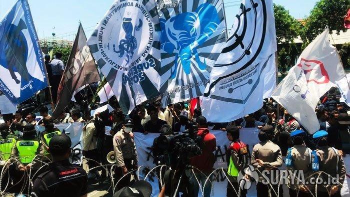 Aksi ribuan mahasiswa yang menolak RUU KUHP dan UU KPK di depan Gedung DPRD Jatim menutup total akses Jalan Indrapura, Rabu (25/9/2019). SURYAOnline/Nur Ika Anisa