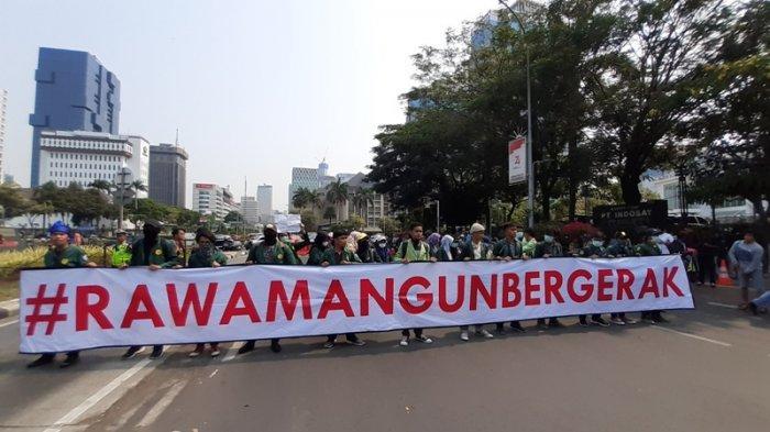 Bentangkan Banner #RawamangunBergerak, Puluhan Mahasiswa Tiba di Patung Kuda