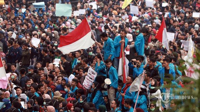 Mahasiswa yang tergabung dalam Aliansi Mahasiswa Kalbar menggelar aksi unjuk rasa di gedung DPRD Provinsi Kalimantan Barat, Jalan A Yani, Pontianak, Rabu (25/9/2019). Ribuan mahasiswa dari berbagai perguruan tinggi di Pontianak ini menolakrevisi UU KPK dan RKUHP. (TRIBUN PONTIANAK/Anesh Viduka)