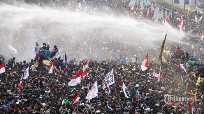 Ribuan mahasiswa saat menggelar aksi unjuk rasa di depan Gedung DPR/MPR, Senayan, Jakarta Pusat, Selasa (24/9/2019). Pada demo yang menolak Revisi UU KPK dan menolak RKUHP berakhir rusuh. Tribunnews/Jeprima
