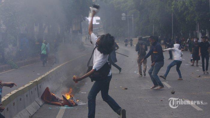 Ribuan mahassiswa bentrok dengan polisi saat demonstrasi di sekitar gedung DPR RI, Jakarta, Selasa (24/9/2019). Demonstrasi tersebut lanjutan dari aksi sebelumnya yang menolak revisi UU KPK, RKUHP, RUU Pertanahan, dan Minerba. TRIBUNNEWS/HERUDIN