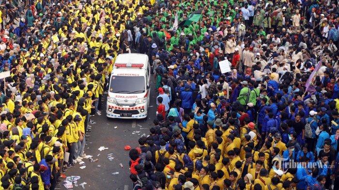 Ribuan mahassiswa dari berbagai kampus dan organisasi memenuhi jalan di sekitar gedung DPR RI, Jakarta, Selasa (24/9/2019). Demonstrasi tersebut lanjutan dari aksi sebelumnya yang menolak revisi UU KPK, RKUHP, RUU Pertanahan, dan Minerba. TRIBUNNEWS/HERUDIN