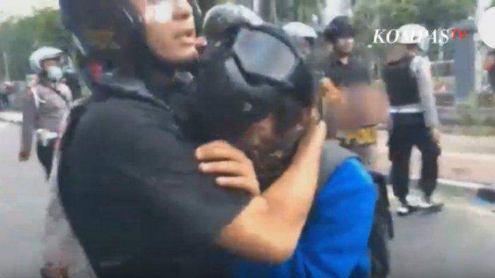 Kena Gas Air Mata, Mahasiswa Peluk Polisi Sambil Menangis, Perih Pak