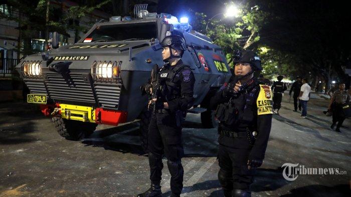 Mobil Baracuda turut berjaga didepan Asrama Mahasiswa Papua Cendrawasih IV Makassar pasca terjadi aksi saling lempar batu antara mahasiswa dan warga yang tidak dikenal di Jl Lanto Daeng Pasewang, Makassar, Senin (19/8/2019) malam. Serangan ini mengakibatkan kaca asrama tersebut rusak. Hingga saat ini belum ada keterangan resmi dari pihak kepolisian terkait peristiwa ini dan belum diketahui juga pemicu aksi serangan asrama tersebut. TRIBUN TIMUR/SANOVRA JR