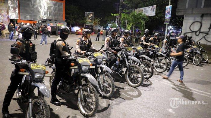 Aparat Kepolisian melakukan penjagaan didepan Asrama Mahasiswa Papua Cendrawasih IV Makassar pasca terjadi aksi saling lempar batu antara mahasiswa dan warga yang tidak dikenal di Jl Lanto Daeng Pasewang, Makassar, Senin (19/8/2019) malam. Serangan ini mengakibatkan kaca asrama tersebut rusak. Hingga saat ini belum ada keterangan resmi dari pihak kepolisian terkait peristiwa ini dan belum diketahui juga pemicu aksi serangan asrama tersebut. TRIBUN TIMUR/SANOVRA JR
