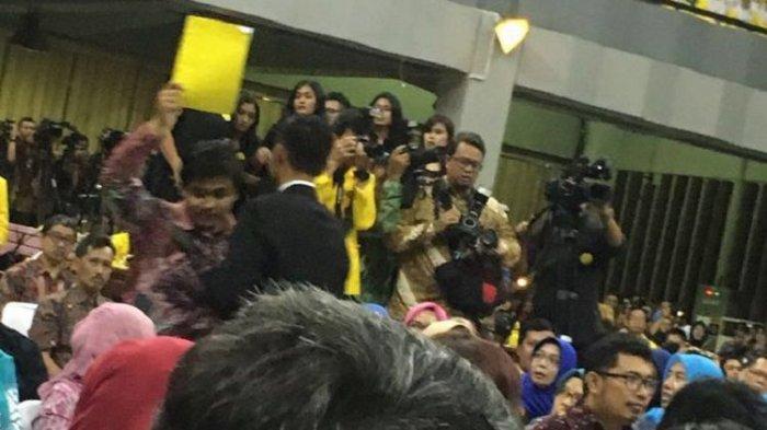 mahasiswa ui memberikan simbol kartu kuning untuk presiden joko widodo saat menghadiri dies natalies ke-68 ui, jumat (2/2/2018).