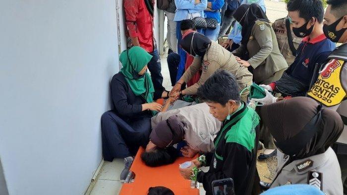 Cerita di Balik Demo Tolak UU Cipta Kerja: Polwan Kesurupan, Pedemo Pungut Sampah dan Donasi Masjid