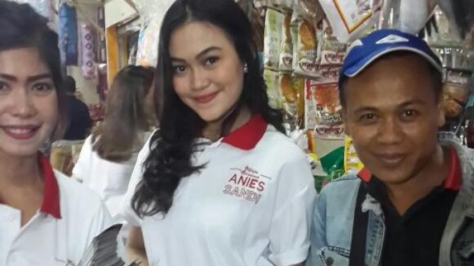 Mahasiswi Ikut Sosialisasikan  Program Anies-Sandi di Pasar