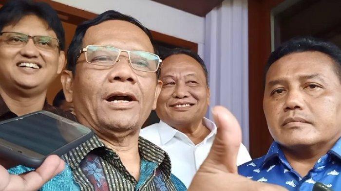 enteri Koordinator bidang Politik, Hukum, dan Keamanan (Menko Polhukam) Mahfud MD di kantornya, Jumat (20/12/2019).