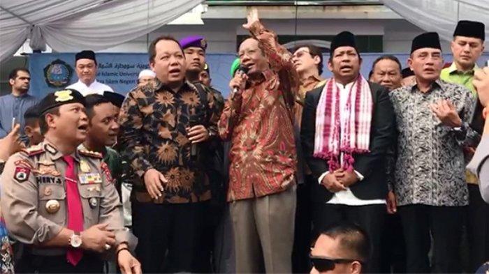 Menkopolhukam Mahfud MD Bersalawat Bersama Ribuan Mahasiswa di Medan