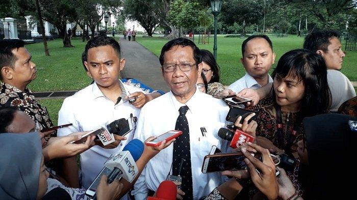 Menteri Koordinator Bidang Politik, Hukum dan Keamanan (Menko Polhukam) Mahfud MD usai menggelar rapat yang di pimpin Presiden Joko Widodo (Jokowi) di Kompleks Istana Kepresidenan, Bogor, Selasa (11/2/2020).