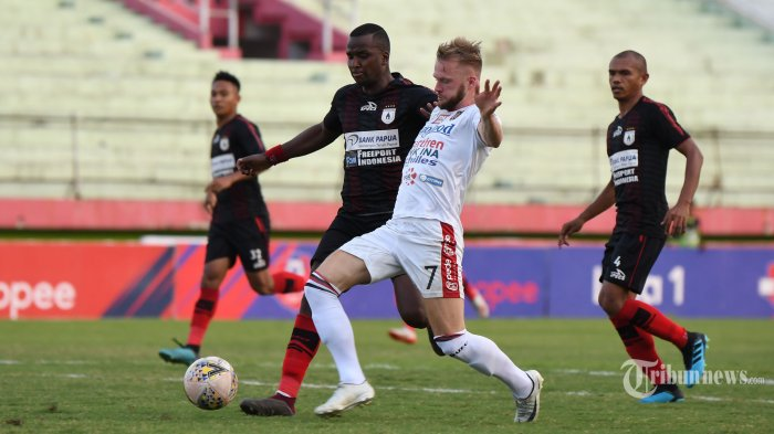 Pesepak bola Bali United, Malvin Platje (depan) berusaha melewati adangan pesepak bola Persipura Jayapura dalam laga lanjutan Liga 1 2019 di Stadion Gelora Delta, Sidoarjo, Jawa Timur, Senin (11/11/2019) sore. Laga yang merupakan pertandingan tunda pekan ke-17 yang seharusnya digelar Agustus lalu tersebut berakhir seri dengan skor 2-2. Surya/Sugiharto