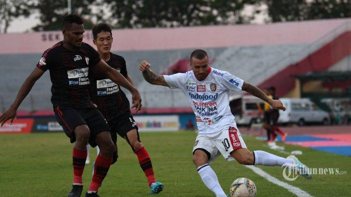 Pesepak bola Bali United, Paulo Sergio (kanan) berusaha melewati adangan dua pesepak bola Persipura Jayapura dalam laga lanjutan Liga 1 2019 di Stadion Gelora Delta, Sidoarjo, Jawa Timur, Senin (11/11/2019) sore. Laga yang merupakan pertandingan tunda pekan ke-17 yang seharusnya digelar Agustus lalu tersebut berakhir seri dengan skor 2-2. Surya/Sugiharto