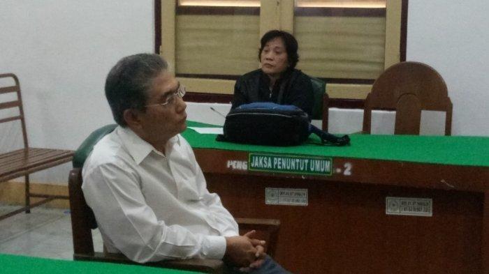 Majelis Hakim menghukum terdakwa Eddy Sanjaya (66) terdakwa kasus salah kirim rekening Rp 2,8 Miliar dengan hukuman denda Rp 4 miliar di Pengadilan Negeri Medan, Senin (28/10/2019).