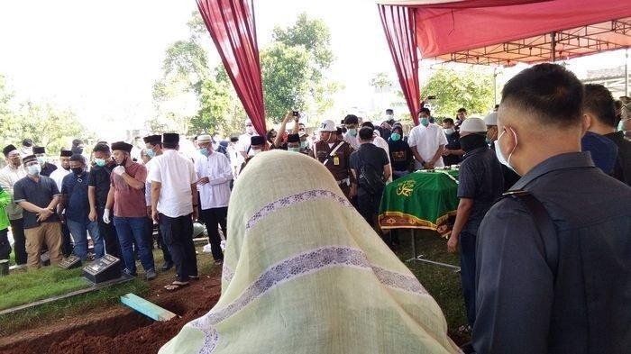 Wakil Jaksa Agung RI Dr Arminsyah dikuburkan di TPU Pedongkelan, Cengkareng, Jakarta Barat Minggu (5/4/2020)