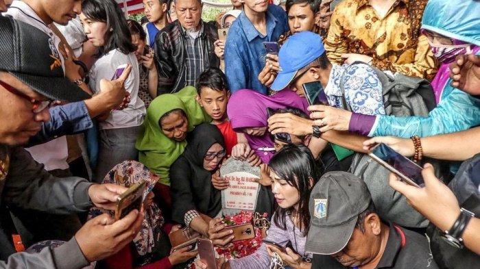 Makam BJ Habibie Dibuat Selfie, Anggun C Sasmi dan Melanie Subono Ungkap Keprihatinannya