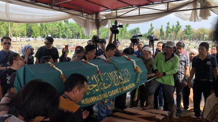 Suasana Pemakaman artis Cecep Reza di TPU Layur Penggilingan, Jakarta Timur, Rabu (20/11/2019).