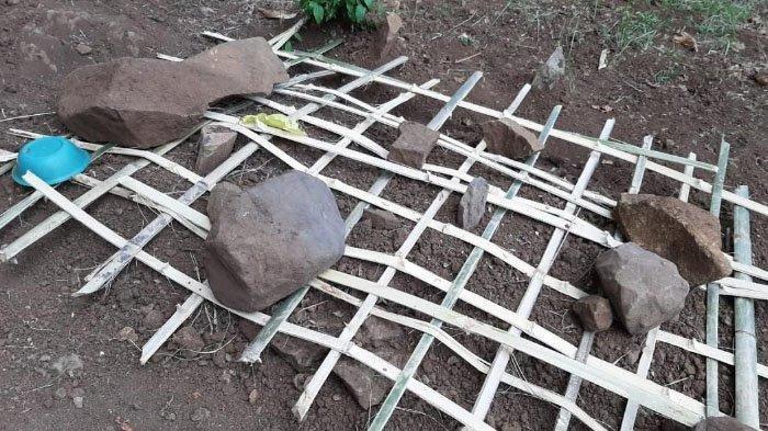 Makam Sumarto, ibunda Nasir, ditutup kembali dengan anyaman bambu dan sejumlah batu, Selasa (15/10/2019)