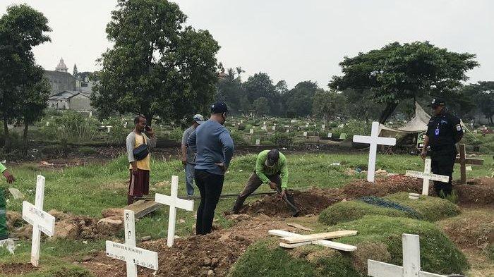 Penggali kubur tengah mempersiapkan makam Glenn Fredly di TPU Tanah Kusir, Kamis (9/4/2020).