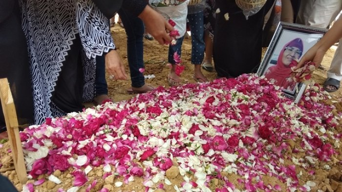 Ibunda Roro Fitria, Retno Winingsih Yuliati, dimakamkan di TPU Pemda Sleman Margodadi Seyegan Sleman, Selasa (16/10/2018) siang.
