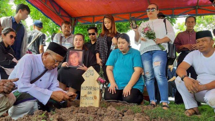 Isak Tangis di Pemakaman Johny Indo,Sang Putri yang Jadi Tersangka Kasus MeMiles Pegang Foto Ayahnya