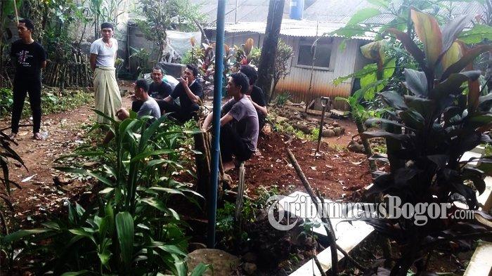 Keluarga Siapkan Makam Sarifah di depan Rumah