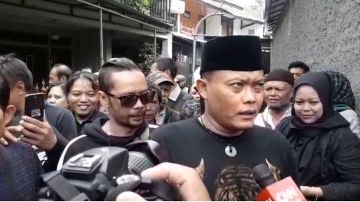 Sule saat menemui wartawan di sela pemakaman jenazah Lina mantan istrinya dari rumah duka di Jalan Neptunus, Margahayu ke pemakaman.
