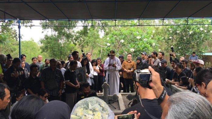 Prosesi pemakaman Djaduk Ferianto, di kawasan Sembungan, Kasihan, Bantul, pada Rabu (13/11/2019) sore.