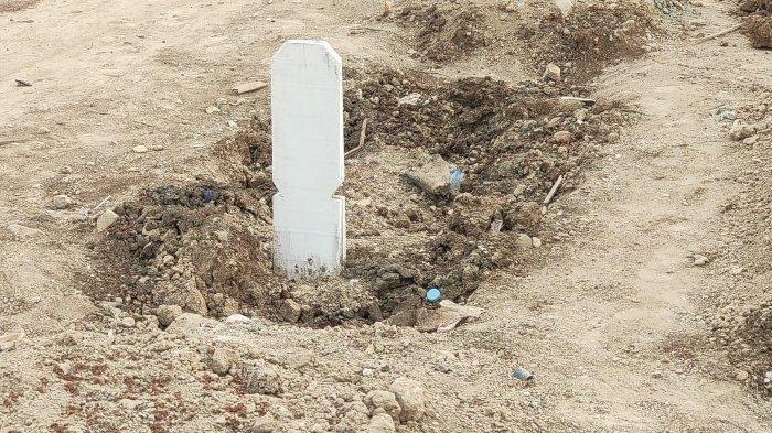 Kondisi tanah makam di pemakaman khusus Covid-19 TPU Rorotan, Cilincing, Jakarta Utara, ambles. Foto diambil pada Selasa (31/8/2021).