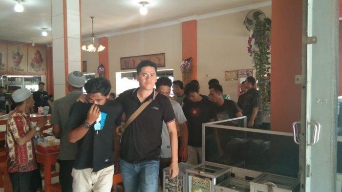 Tangan dalam Posisi Diborgol,  9 Pemuda Digiring Masuk Rumah Makan Padang