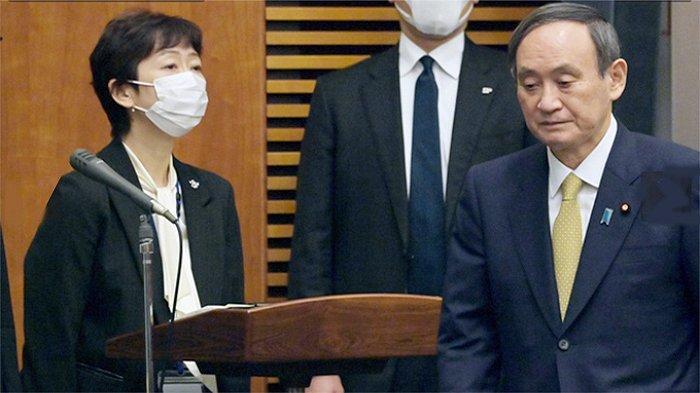 Makiko Yamada, Humas PM Jepang di sudut ruangan jumpa pers menyambut kedatangan PM Jepang Yoshihide Suga (kanan).
