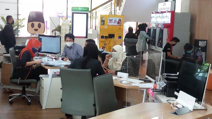 DIMINATI PEMOHON - Petugas Mal Pelayanan Publik Pemerintah Provinsi DKI Jakarta sedang memberi pelayanan prima kepada pemohon yang mengurus perizinan dan non perizinan, Senin (29/6/2020). Selama 2 pekan mulai 15 Juni hingga 26 Juni, Mal Pelayanan Publik telah melayani sebanyak 5032 pemohon, sedangkan layanan yang paling diminati pemohon adalah pelayanan Polda Metro Jaya, dengan total 1290 pemohon, pelayanan dilakukan dengan menerapkan protokol kesehatan untuk mencegah penyebaran Covid-19. (Wartakota/Nur Ichsan)