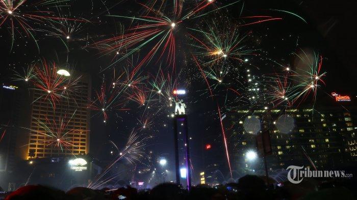 Suasana pesta kembang api saat malam tahun baru 2019 di kawasan Bundaran HI, Jakarta Pusat, Selasa (1/1/2019). Sejumlah warga ibukota dan sekitarnya memadati kawasan itu untuk merayakan malam pergantian tahun. Warta Kota/Angga Bhagya Nugraha
