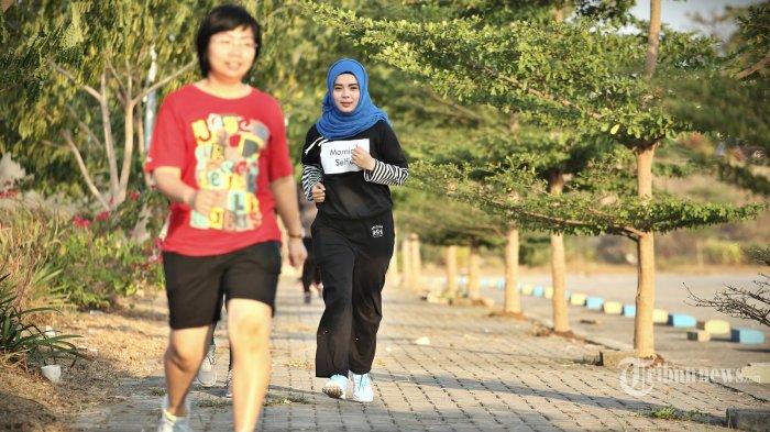 Warga melintas di joging track area parkir mall phinisi point (pipo) Makassar, Selasa (14/8/2018). Joging track ini adalah fasilitas terbaru yang dihadirkan manajemen pipo untuk memanjakan pengunjung setianya. (Tribun Timur/Muhammad Abdiwan)